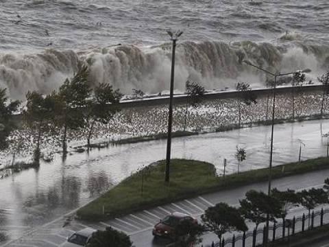 Giresun'da dalgalar Karadeniz Sahil Yolu'nu çift yönlü trafiğe kapattı!