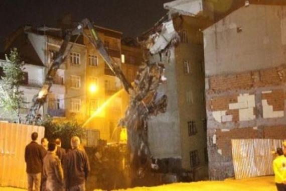Bağcılar'daki riskli binanın yıkımı yapıldı!
