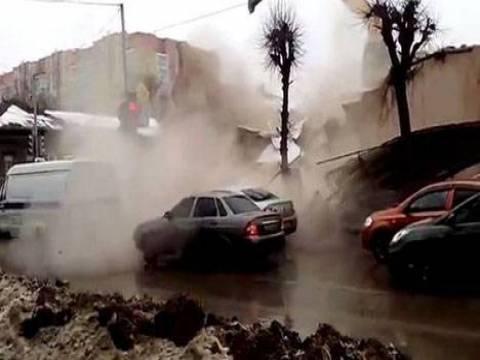Rusya'da kepçeyle yapılan tehlikeli bina yıkımı!