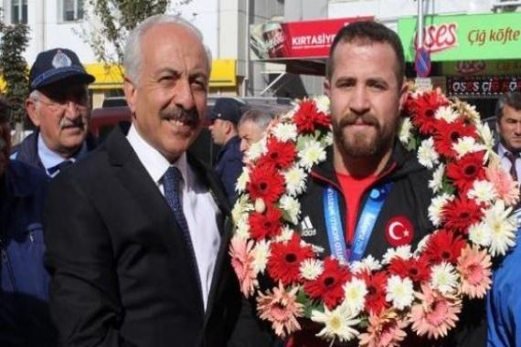 Çorumlu güreşçi Fatih Erdin'e arsa hediye edildi!