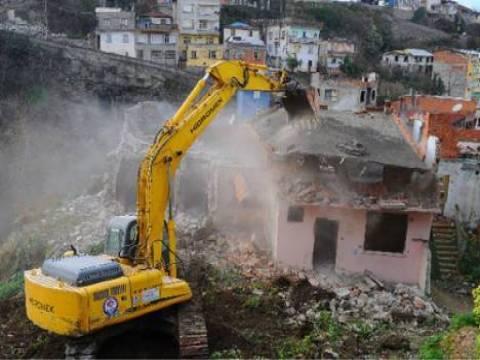Seyhan Belediyesi tarafından imara aykırı binaları yıkımı sürüyor!