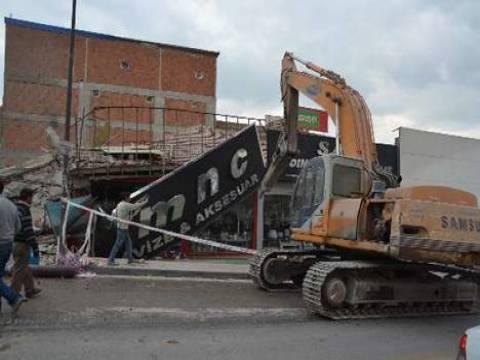 Ankara'da önlem alınmadan yıkılan bina işyerlerinin üzerine yıkıldı!