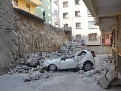 Kırıkkale'de sel nedeniyle 10 katlı apartmanın istinat duvarı yıkıldı!