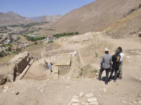 Sivas Kalesi kazı çalışmalarında saat kulesinin temeline ulaşıldı!