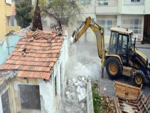Mersin Akdeniz de bulunan metruk bina yıkıldı!