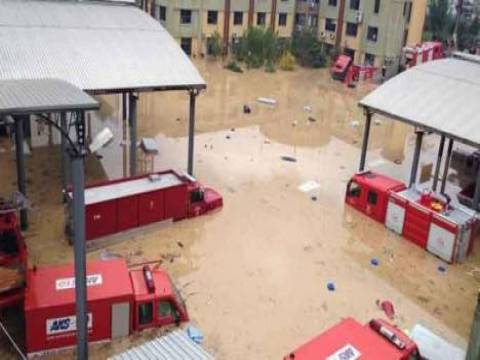 İzmir'de yağış nedeniyle birçok ev ve işyerini su bastı!