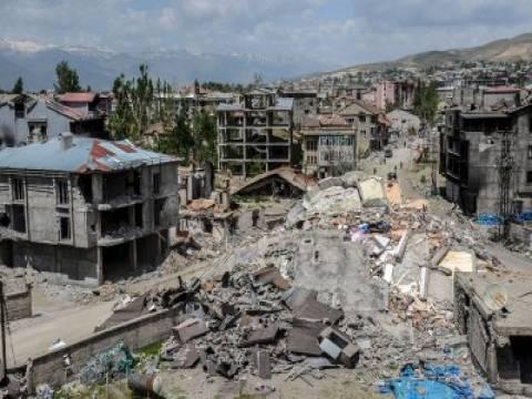 Hakkari Yüksekova'da hasarlı 700 yapı yıkıldı!