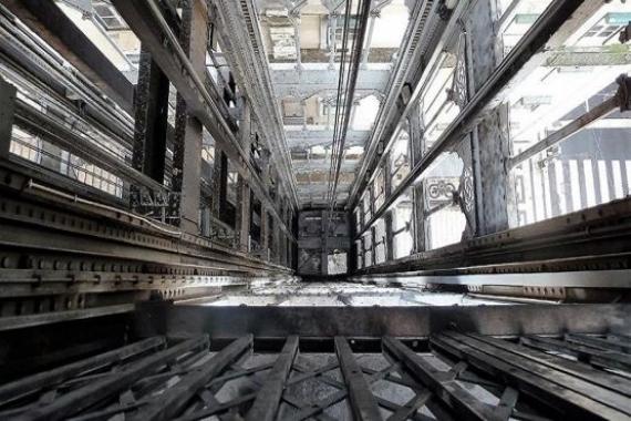 Chicago'daki gökdelenin asansöründe mahsur kalanlar 84 kat düştü!