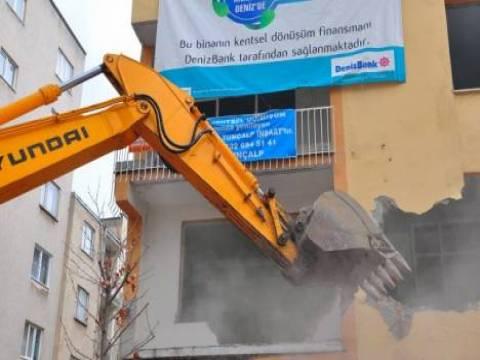 Manisa'da 54 yıllık üç katlı bir apartman yıkıldı!