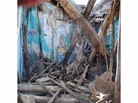 İzmir'de tarihi caminin tavanı çöktü!